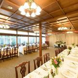 大正時代に建てられた披露宴会場には自然光が差し込むアットホームな雰囲気