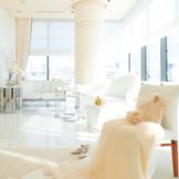 アルジェントASAMIで大人気の純白のブライズルーム♪ 銀座の街を眺めながらの準備は、心踊る時間となる