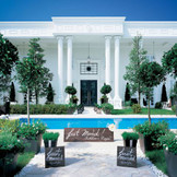 水と緑の奥に佇む白亜の邸宅
