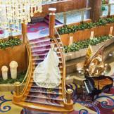【ウエディングドレスが映えるメザニンロビー】館内撮影の大人気スポット☆ 階段からご入場いただくロビー挙式も可能です!