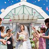 花嫁の憧れ、チャペル外の開放的な階段でのフラワーシャワーはゲストと一体感が生まれる瞬間