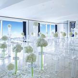 ホテル最上階。天空のスカイチャペルはオフホワイトの優しい印象に、海をイメージしたブルーのラインがデザインされています。