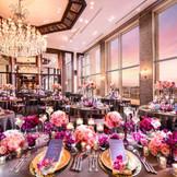 【クリスタルスカイ】は140名までのパーティが可能。披露宴会場の天井中央にはスワロフスキーを散りばめた直径2.5mものシャンデリアが配され、木目の色調に映えるラグジュアリーな輝きは、夜のパーティにもぴったり。
