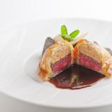 オーベルジュ・ド・リルのスペシャリテ 牛フィレ肉とフォアグラ トリュフのパイ包み