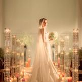 光り輝くクリスタルキャンドルが花嫁をいっそう美しく引き立てる。