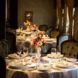 一軒家レストランを貸切ってアットホームなウェディングを!アンティークで落ち着いた店内は最大60名まで着席可能。