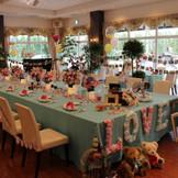 お二人の生い立ち写真に囲まれながら食事会を行う家族婚
