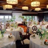 会場全体が一体感に包まれ、心地良い広さになるよう設計されている。いつでもゲストの笑顔を見られるよう、メイン席とゲストテーブルが近いレイアウトになっているのも魅力。