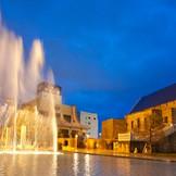 教会の前に広がるプールガーデン「ブルーオーシャン」。夜はライトアップされ幻想的な空間が広がります。