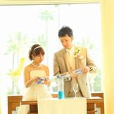 ひとつの瓶に、ふたりが水を合わせる姿は結婚の象徴といわれていた「水合わせの儀」。洋風にアレンジしたオリジナル演出も可能です。