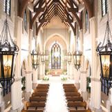 青くきらめくステンドグラスが印象的なエルカミーノリアル大聖堂