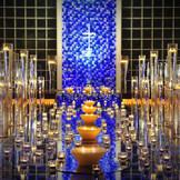 【チャペル】ガラスのバージンロードと6000本のブルーローズが輝く「サンシエル礼拝堂」では幻想的な挙式が叶う