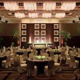 【80名様よりご利用可、最大320名様】天井高6mのボールルーム「富士」。その名の通り、ダンスパーティーも行われる、華やかなゆったりした空間には、ダイナミックな演出も叶う音響照明映像設備を完備。