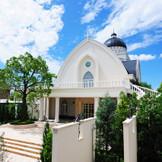 青空に映える白亜の独立型大聖堂