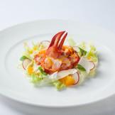 オマール海老、根セロリとロブスターゼリーのガトー仕立て  彩り野菜のサラダ オレンジの香り