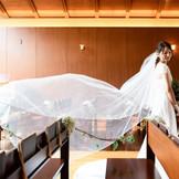 ウッド調のチャペルは白ドレスを美しく際立てる