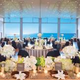 開放的で美しい景色を望むバンケットホール七里ヶ浜。2階層分の圧倒的な高さの窓から、七里ヶ浜のきらめく海と青い空が広がる。ゲストのご人数にに合わせてホールの大きさをご提案いたします。