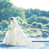日本庭園の緑とウェディングドレスの白が織りなす美