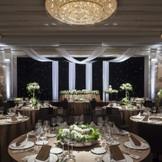 披露宴会場「センチュリールームA」は高い天井に煌めくシャンデリアや大理石を使ったインテリアがラグジュアリーな会場。映像や音を使った印象的な演出がパーティーを盛り上げる。」 70~150名