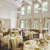 「ザ・コッツウォルズハウス軽井沢」のパーティルーム。吹き抜けの天井が7M有り、解放感のある明るいお部屋です。