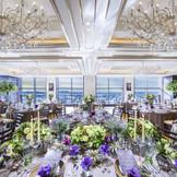 大きな窓を背景にもてなす披露宴会場は白とブラウンの落ち着いた雰囲気。コーディネート次第でお二人色に変わります