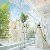 開放的な窓から降り注ぐ温かな陽の光を感じながら永遠の愛を誓います