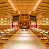 木のぬくもり・暖かな光があふれる『本格神殿』100名収容可  オープン記念プランでお得に挙式が叶う! 週末ブライダルフェアで体感しよう!