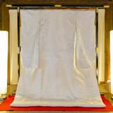 「京都西陣織り 宇治上神社」国宝の拝殿を中心に、境内それぞれの景色を白無垢に織り込んだ宇治上神社 限定の特別な白無垢です。