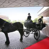 挙式後のアフターセレモニーの ホースパレードではロイヤルウェディング さながらの1シーン体験を。 愛する人に手を引かれて乗り込む馬車は 二人だけの時間を祝福