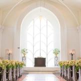 自然光で光り輝く白亜の大聖堂