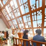神楽坂入口近くの好立地、ビルの最上階(5階)に誕生する「Chapel Kagura」。外光がたっぷり降り注ぎ、温かい挙式が叶います。