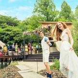大阪市内とは思えないほど、豊かな緑と水のきらめきに彩られた「鶴見ノ森 迎賓館」。今春、さらに森を楽しめるWステージへとリニューアル!遊び心満載の空間へゲストを招待して ※写真はイメージです。