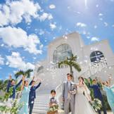 チャペル外観の白色と空の青色のコントラストが美しい大階段演出