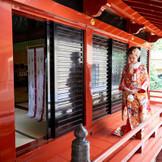 都会の杜に雄大かつ壮麗に佇む自然に囲まれた優雅なお杜。由緒正しき赤坂の縁深き厳かな社殿で心に残る永遠の誓いを。