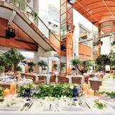 【近隣パーティ会場:ラリアンス(フランコジャポネ)】チャペルカグラのお隣「レストランL'Allance(ラリアンス)」。天井高15mの開放感とミシュランの星獲得経験のあるお料理が魅力。※収容人数/30~100名様