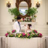 メインテーブルとメインバックもお二人のお好きなイメージに♪装花によって雰囲気もガラッと変わります!