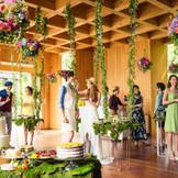 パーティ会場に隣接する「こもれびガーデン」は室内にいながら、自然を身近に感じられる場所。ゲストと記念撮影をしたり、カクテル片手にゆったり会話を楽しんだりと使い方は自由自在