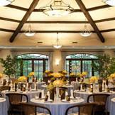 八角形の全面ガーデンに囲まれたパーティルーム「ロココアール」、木の温もりとガーデンからの光がお二人を祝福してくれる