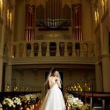 約3年の歳月をかけて作られた本格パイプオルガンは入場扉上から優しい音色でふたりを祝福する