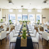 """披露宴会場は最大100名ながらレイアウト次第で""""家族中心""""や""""友人主体のパーティースタイル""""への変更も可能。さまざまなスタイルに変更できるのも、ふたりによりそった結婚式を提唱する""""Wらしさ""""のひとつです。"""