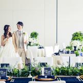 壁はスクリーンにもなるよう白を基調としたシンプルスタイル。ゆえにナチュラルなグリーンやモノトーンテイストも良く似合う。様々なコーディネートがしやすい披露宴会場となっております。