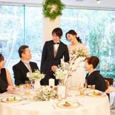 本当に親しい人たちに囲まれて過ごす温かな結婚式。盛りだくさんのプログラムや派手な演出よりも、感謝の気持ちをきちんと伝えたい。費用は抑えながらも、上質な空間をまるまる貸し切ってアットホームな一日を。