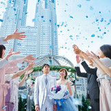 カリヨンの幸せの鐘は、二人の幸せな人生を祝福し、フラワーシャワーで列席者の皆様に祝福されます。