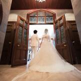 大理石のヴァージンロードには、トレーンの長いドレスやロングベールがよく合います。