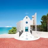 水平線を見渡す岬にたたずむ礼拝堂。真っ白い外観が、空と海の美しいグラデーションに映えます。クラッシュガラスを敷き詰めたロマンチックなバージンロードを進めば、青い海原をのぞむ祭壇。自然光につつまれながら、永遠を誓う儀式が厳かに執り行われます。