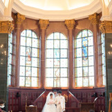高井天井と輝くステンドグラスが特徴的はチャーチ。