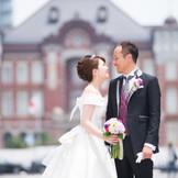 【結婚式当日/K・Kご両家様】東京駅をバックに記念撮影を。想い出の一枚が残せます。