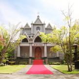 緑に囲まれた「南蔵王・聖ペトロ教会」。