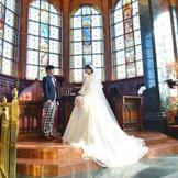 ロングトレーンのドレスが映える大聖堂挙式