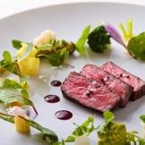 付け合せの野菜1つ1つまで、素材の美味しさを最大限に引き出すため別々に調理されるほどのこだわりが、感動の味を生む